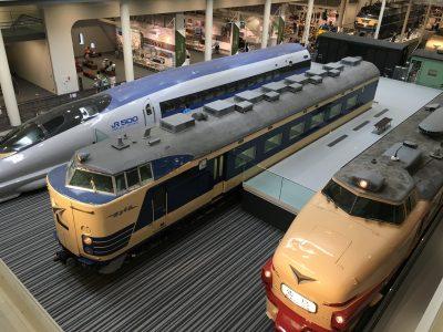 1階の車両展示を2階から見た写真