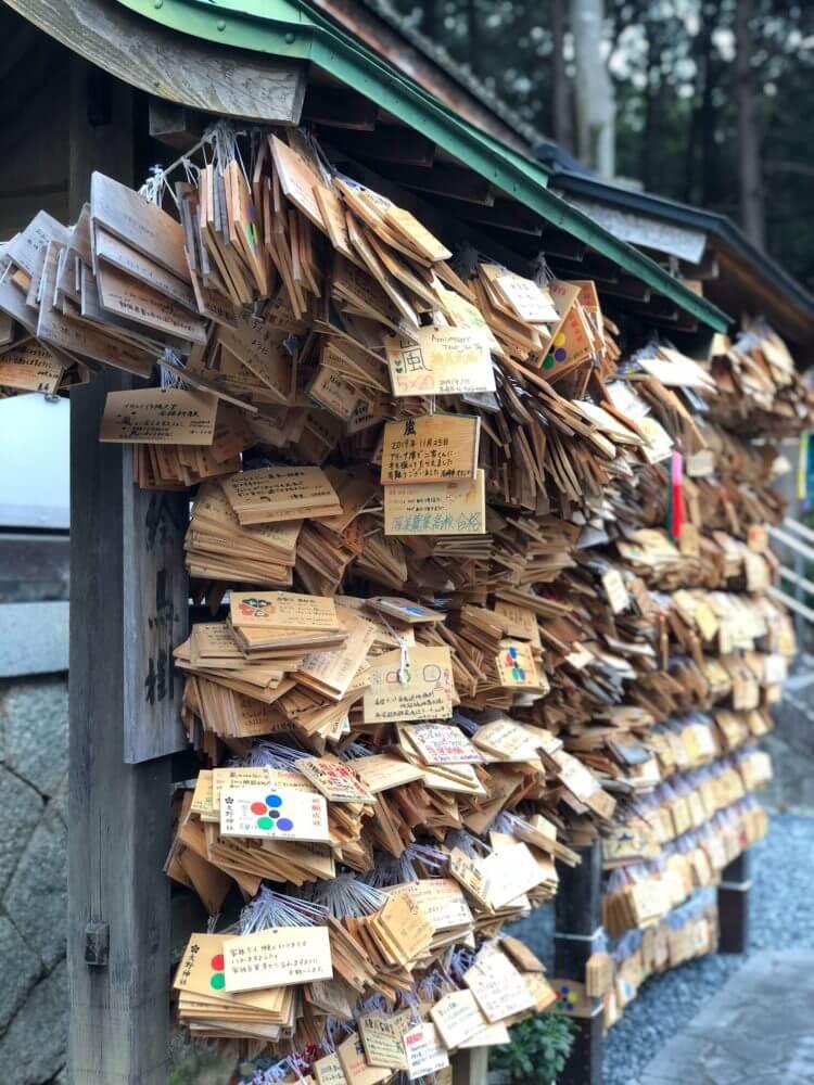 栗東・大野神社の鈴なりの絵馬掛所
