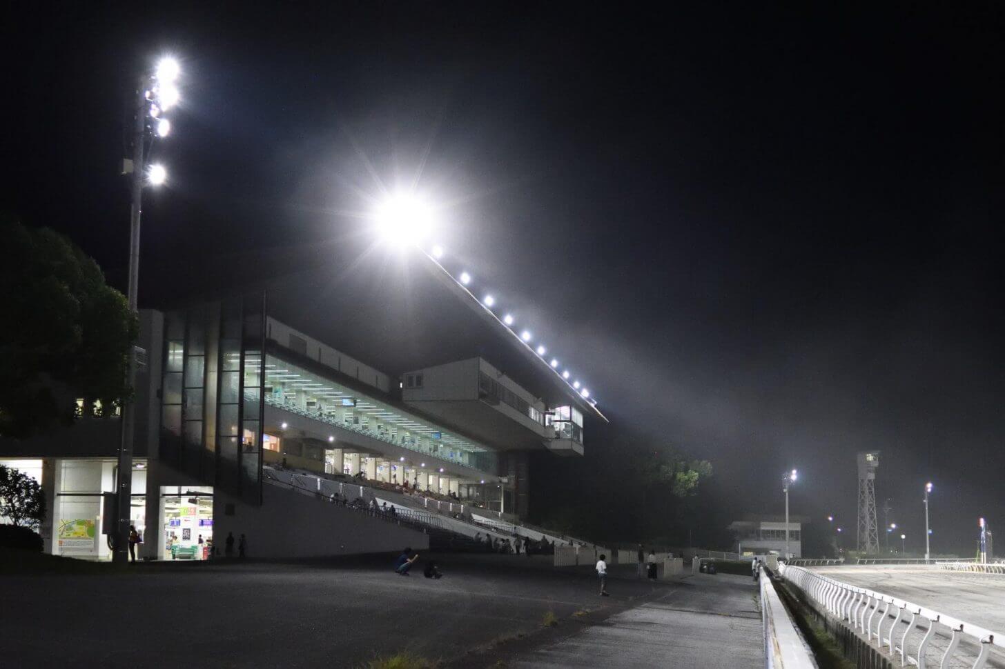 夜の高知競馬場のスタンド