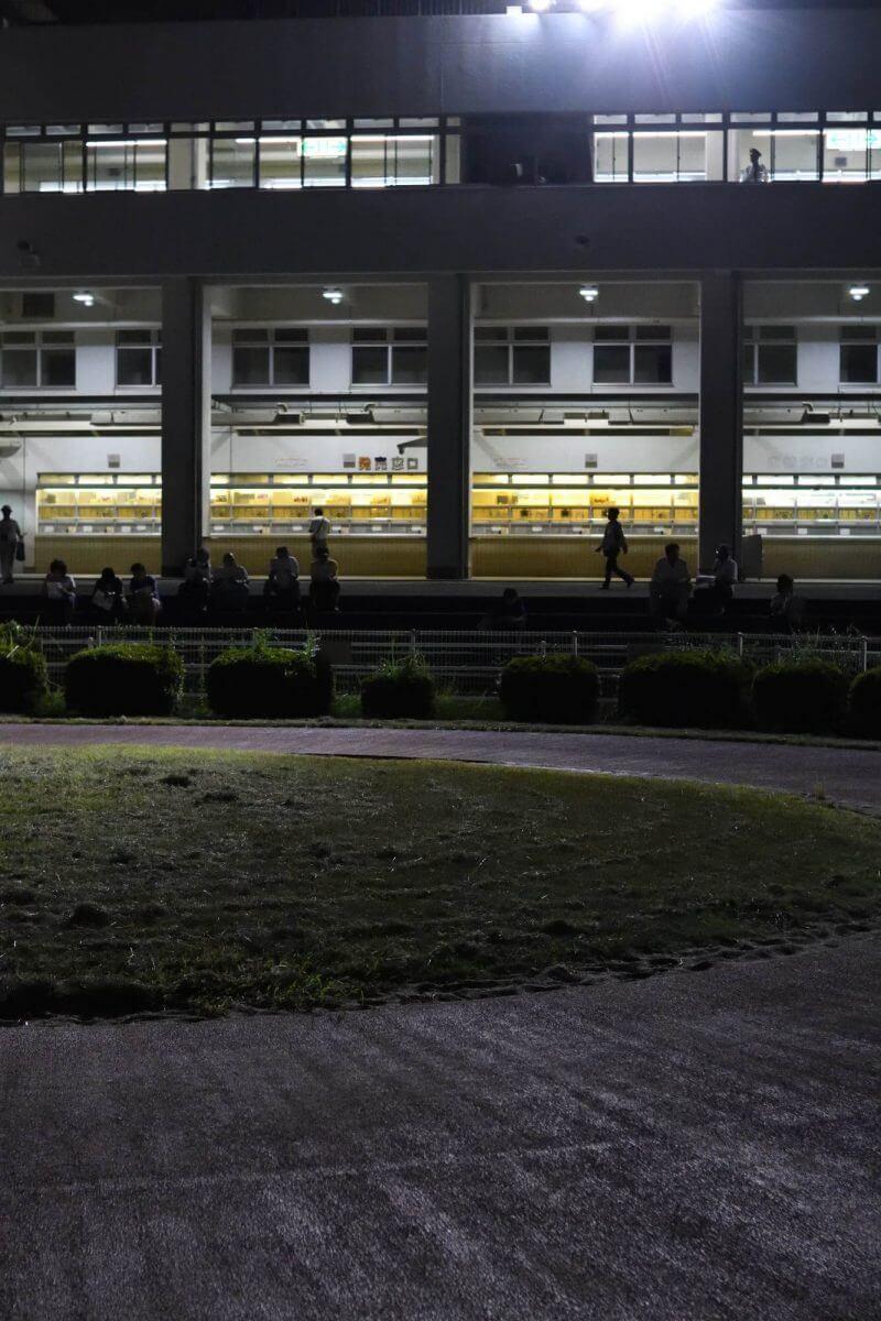 夜の高知競馬場のパドックへ