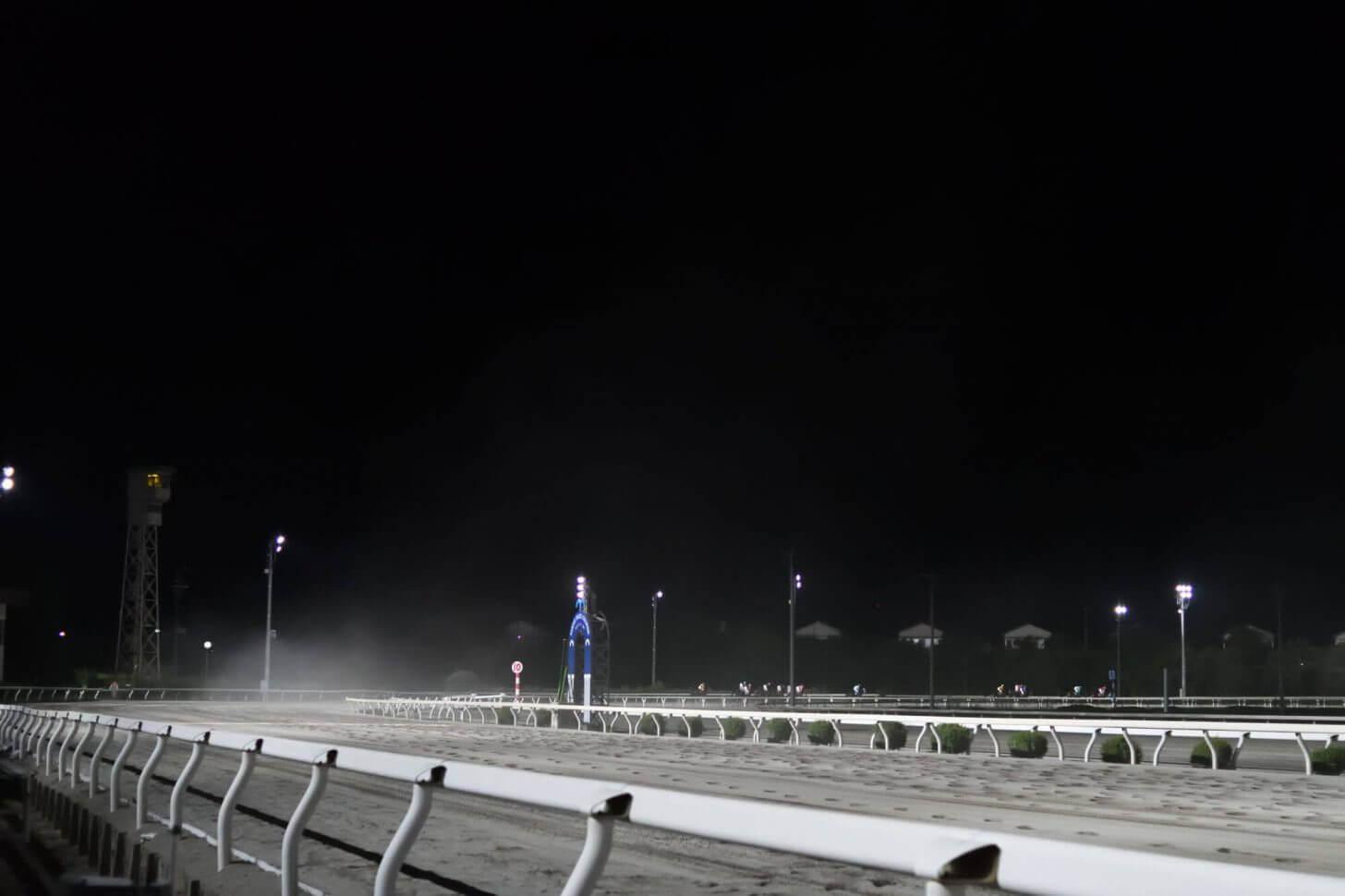 砂煙が舞うレース後の高知競馬場