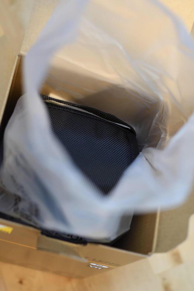 カバーの中にレンズを入れている包装