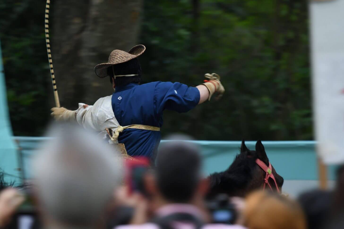 下鴨神社の流鏑馬で矢を射る瞬間