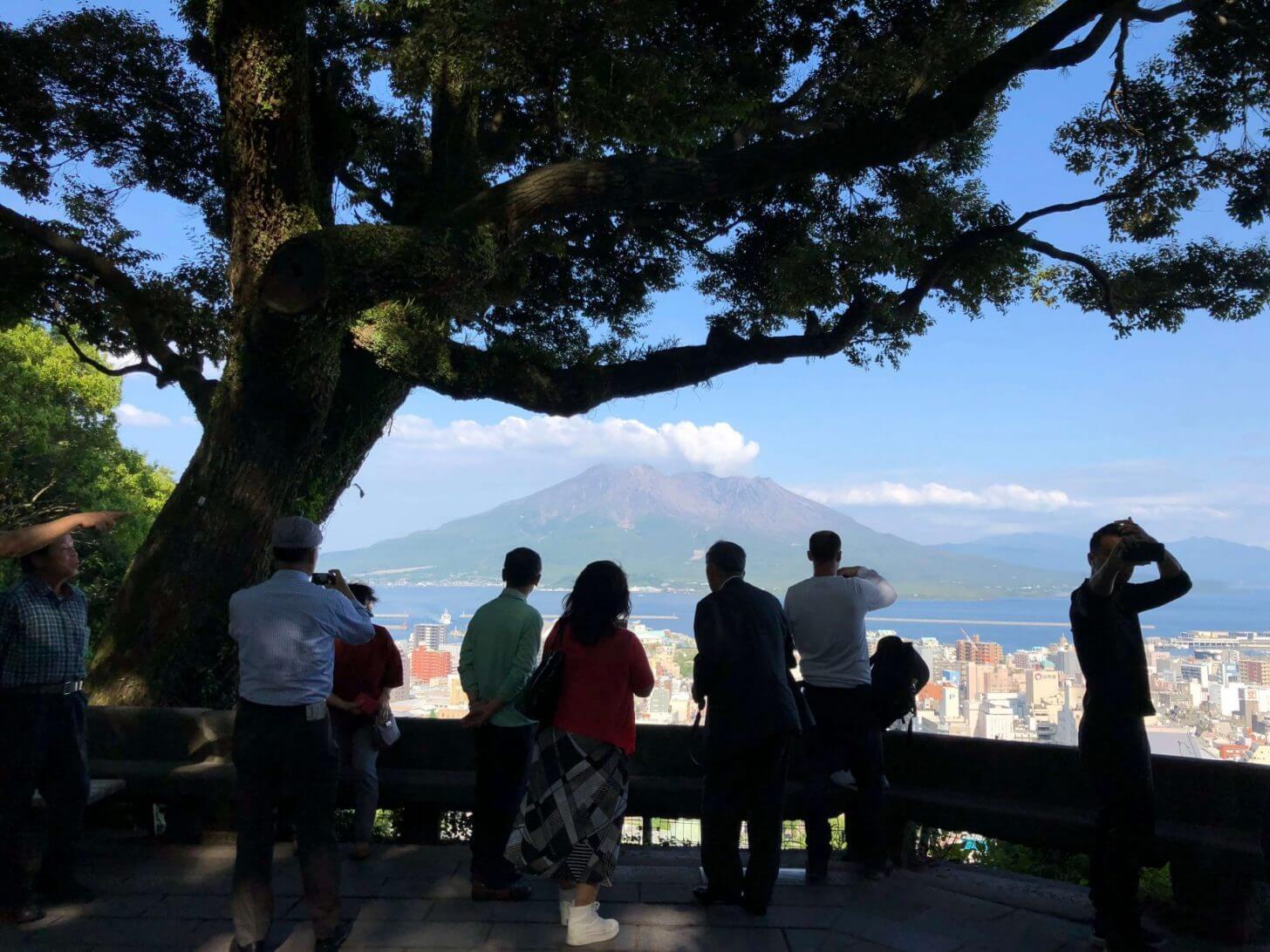 観光客の影の向こうに桜島