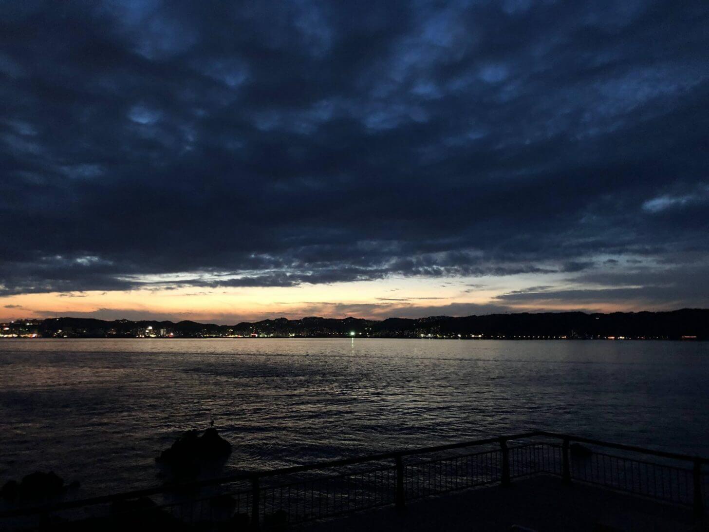 夕焼けを消す雨雲
