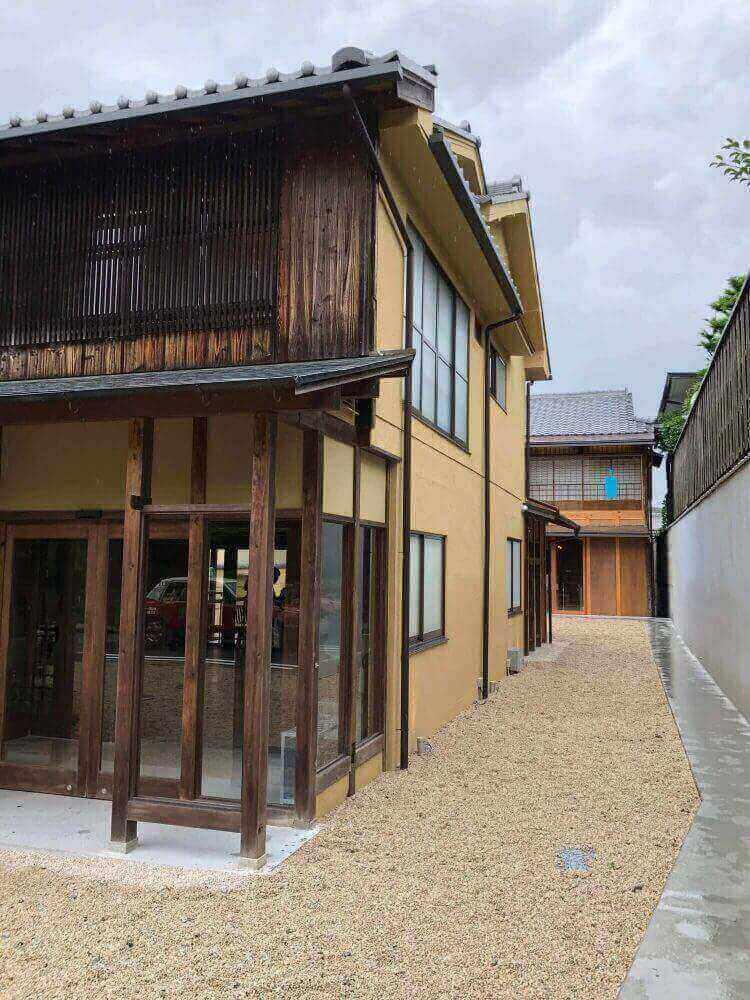 ブルーボトルコーヒー京都カフェの敷地内