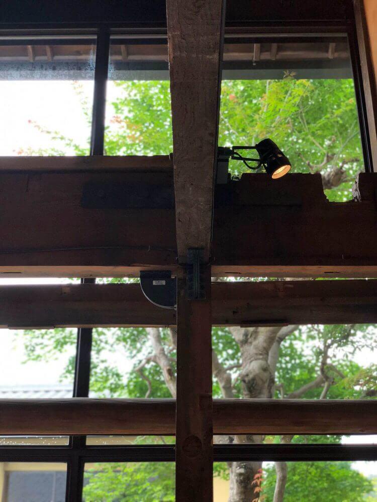 ブルーボトルコーヒー京都カフェ店内から外を見る