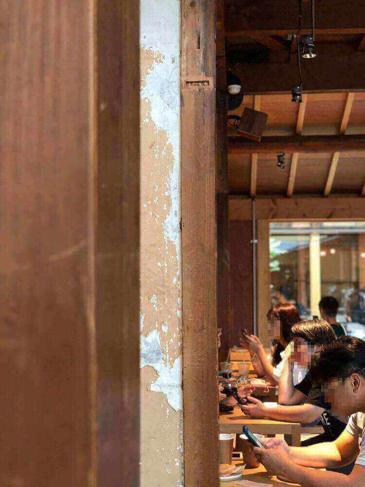ブルーボトルコーヒー京都カフェの店内の梁