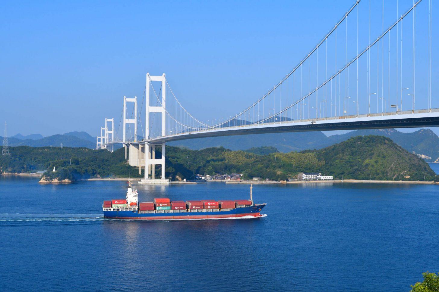 来島海峡を通る船