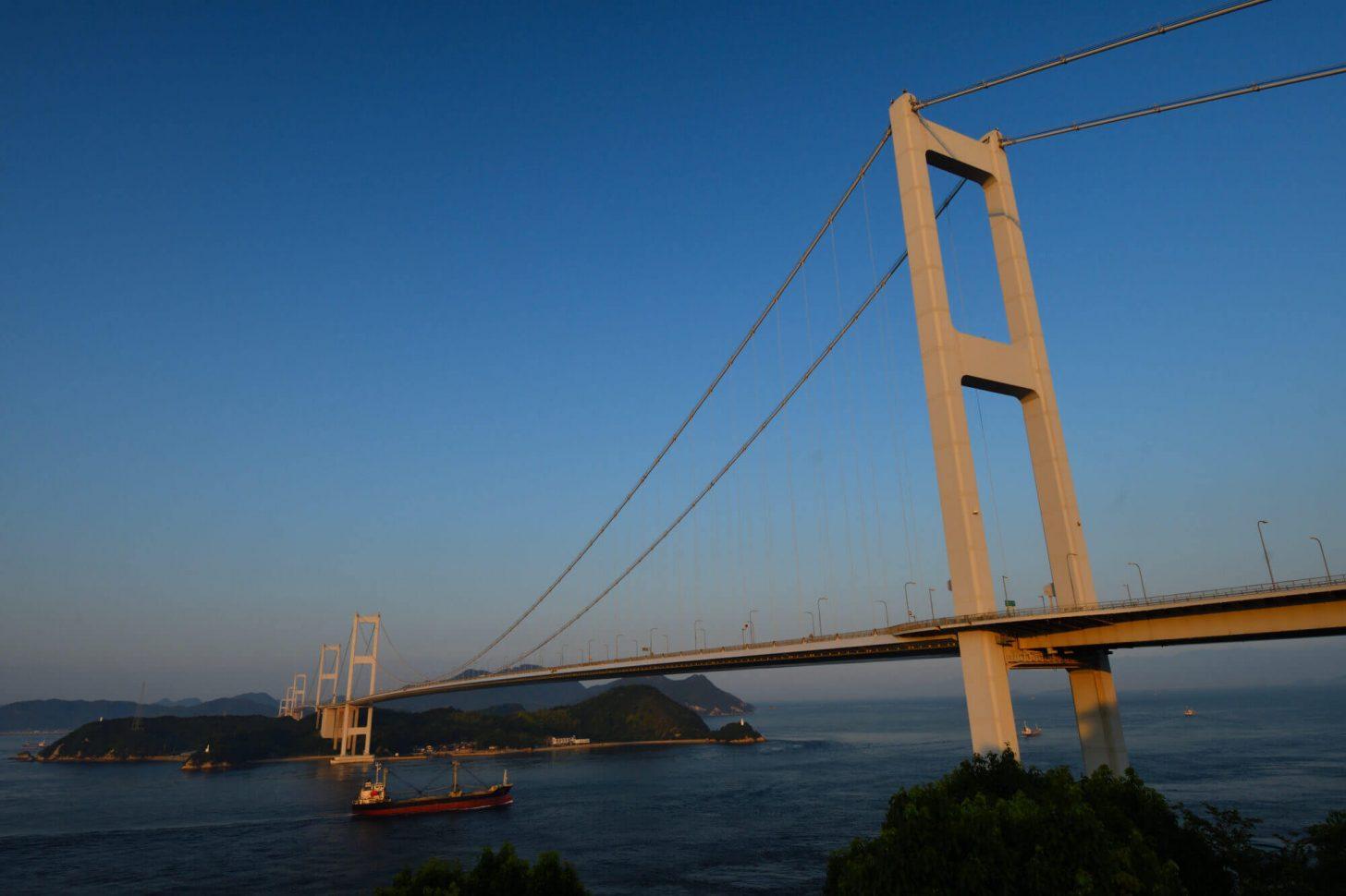 夕暮れ時の来島海峡大橋