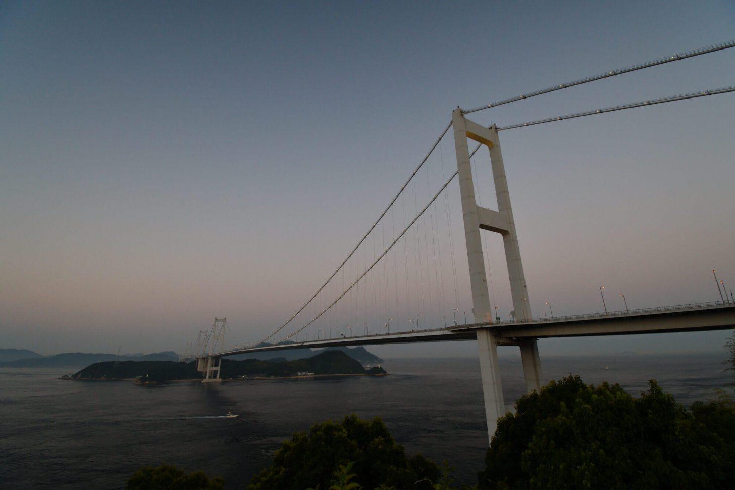 日が沈んだ後の来島海峡大橋