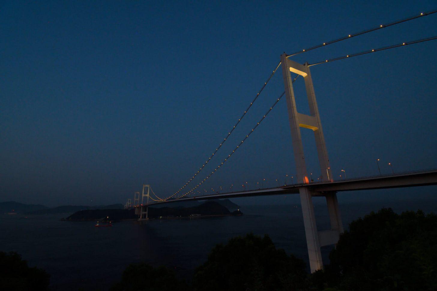 ライトアップが始まった来島海峡大橋