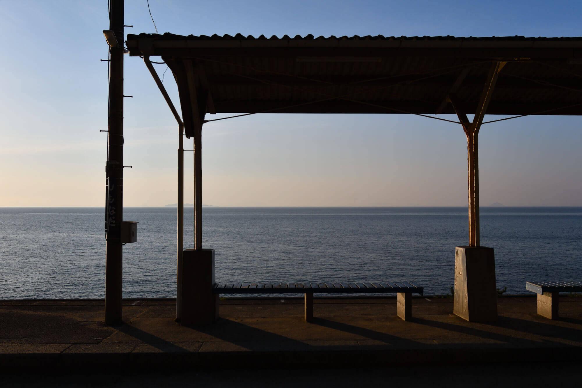 夕暮れ時のJR下灘駅