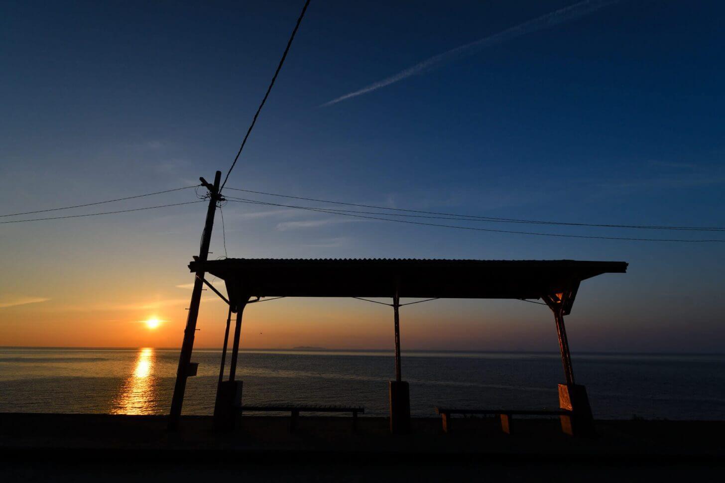 夕暮れ時の下灘駅