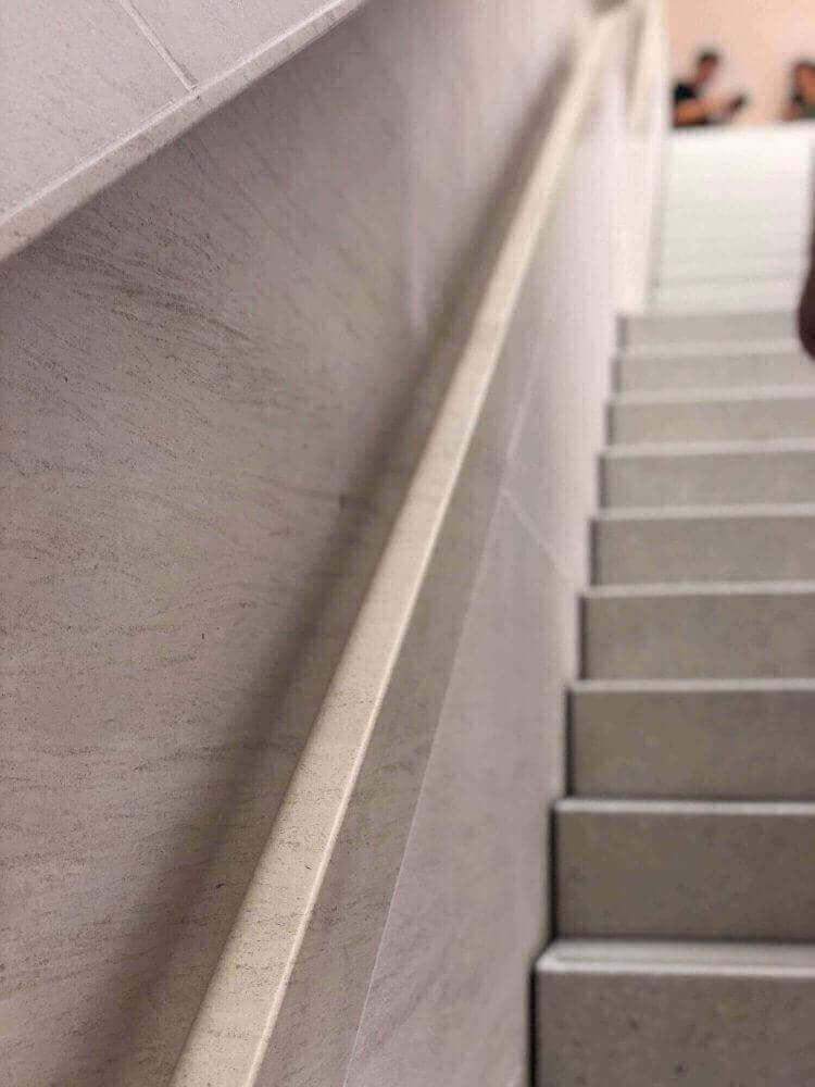 2階への階段手すりは人工大理石製