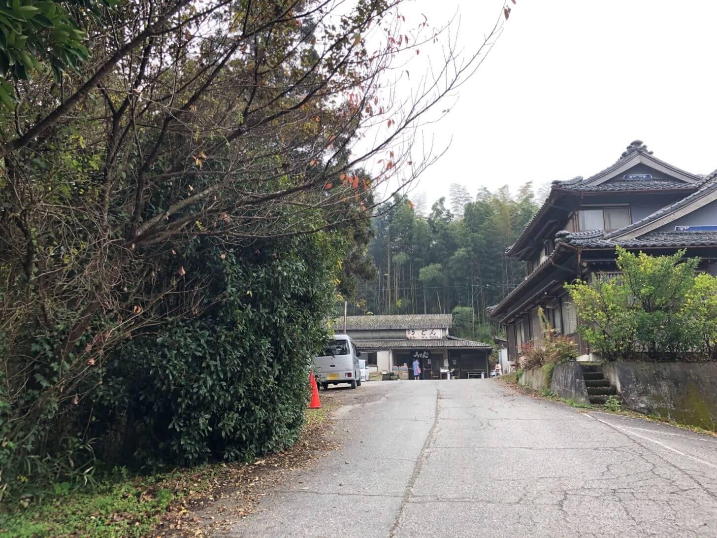 山内うどんへの坂道
