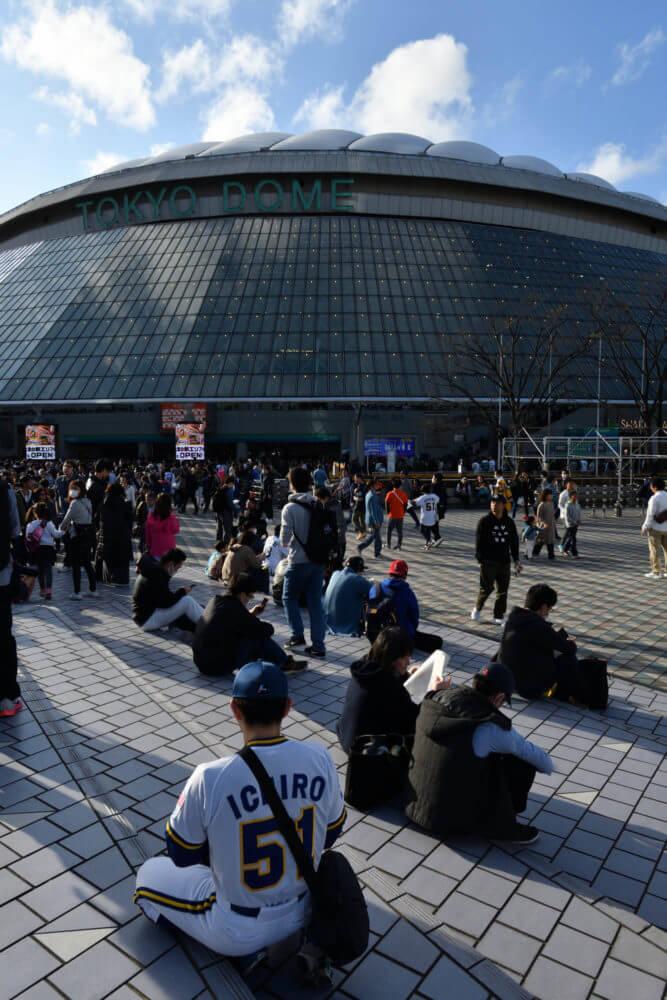 BWユニを着た人と東京ドーム