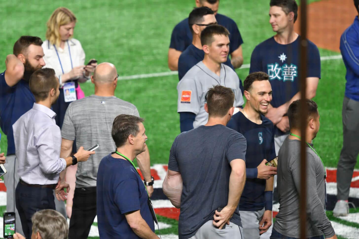 引退試合終了後場内を回るイチローを見守るチームメイト