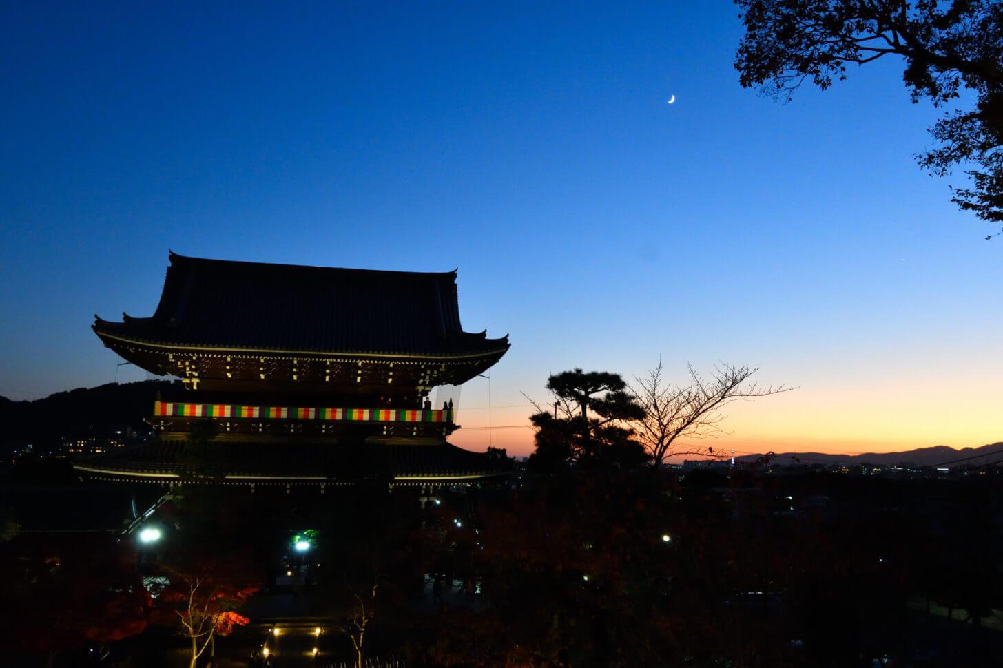 金戒光明寺 山門ライトアップの向こうに三日月と京都タワー