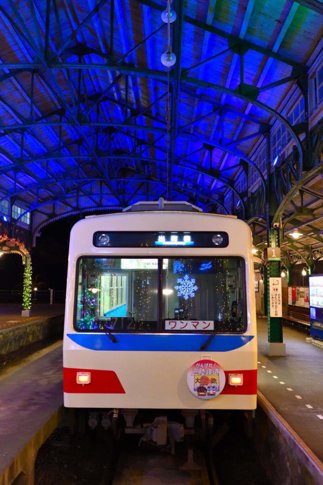 叡電・三陸鉄道カラーの車両がライトアップに映える